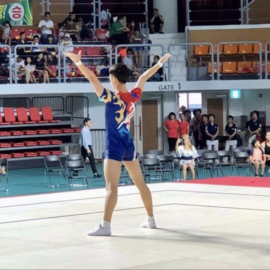 무대 위, 체조 동작을 하고 있는 서동우 선수