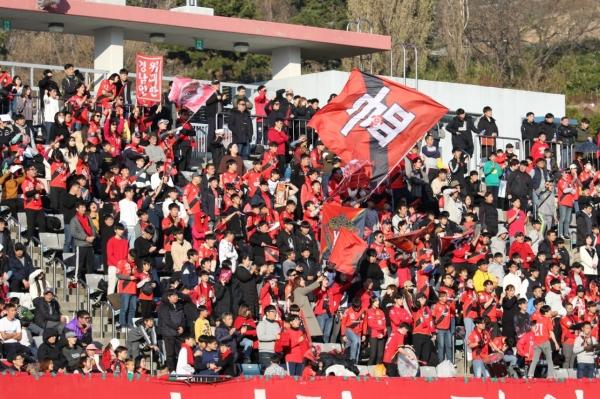 경남FC를 응원하는 팬들