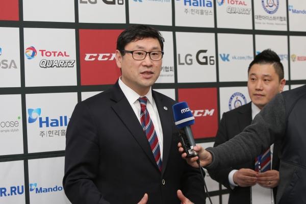 백지선 남자아이스하키 국가대표팀 감독(좌)과 최광은 과장